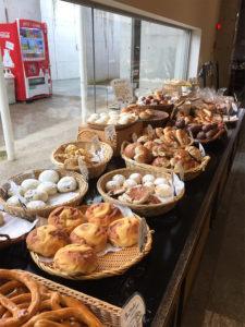パン屋さんでできたてのパンを買ってお花見に。 おいしそうなパンがずらり