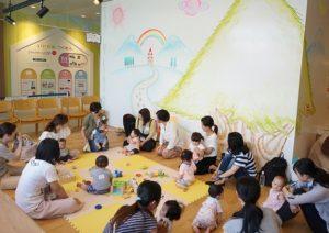 おもちゃと赤ちゃんたちを囲んでおしゃべりタイム