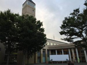 会場となった守谷市役所。屋外での開催時は正面中庭で。