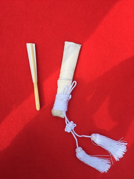 左が扇子、右が懐剣
