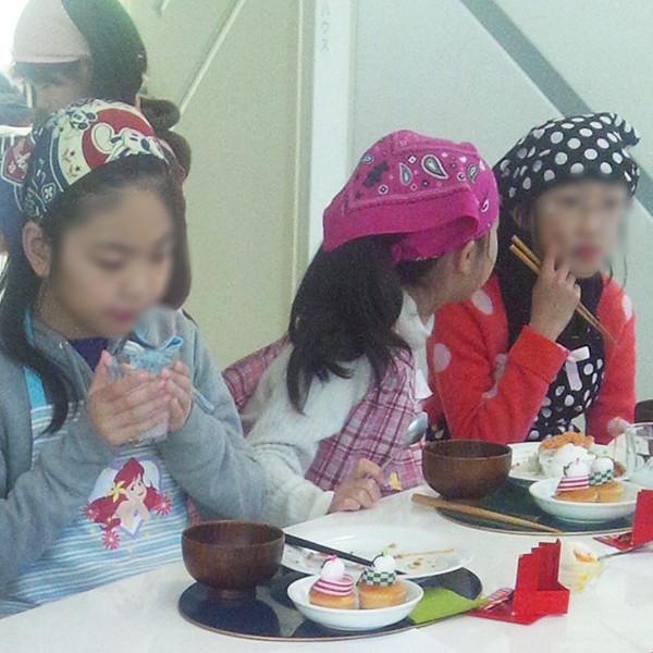 野菜を食べる子供たち