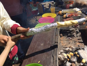 「やるやる!」と子どもたちがバームクーヘン作りに大喜び