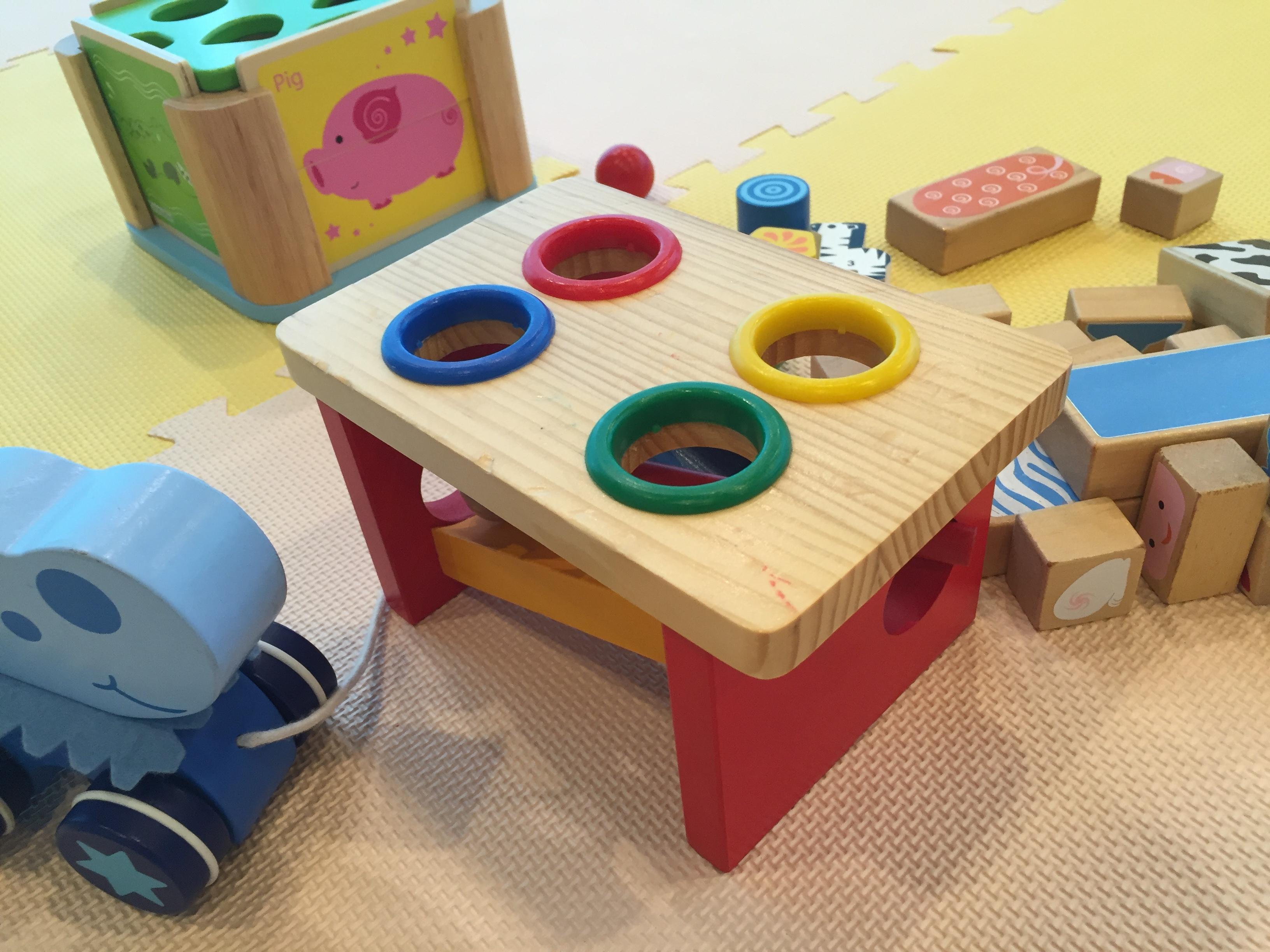 机の横にはプレイマットとおもちゃ。お子様連れでも大丈夫ですよ!