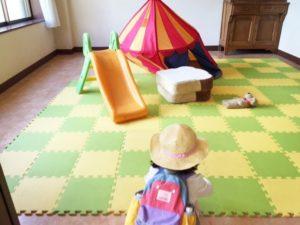 キッズスペースにはすべり台やテント ぬいぐるみや絵本がそろっています