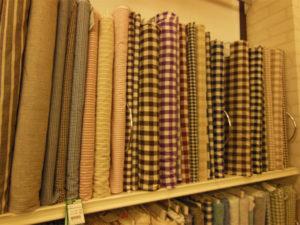 手芸屋さんで生地を買うだけでクロスになる。濃い色柄やカジュアルな布なら食べこぼしや土ぼこりも許容できる