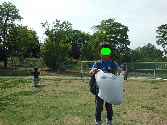 幼稚園児の長男は運動会の間にバッタを集めて袋でお持ち帰り