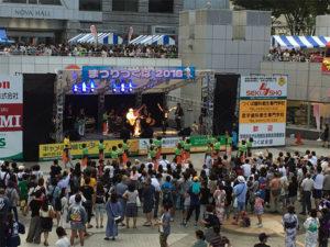 バザー広場の側ではステージショーを開催