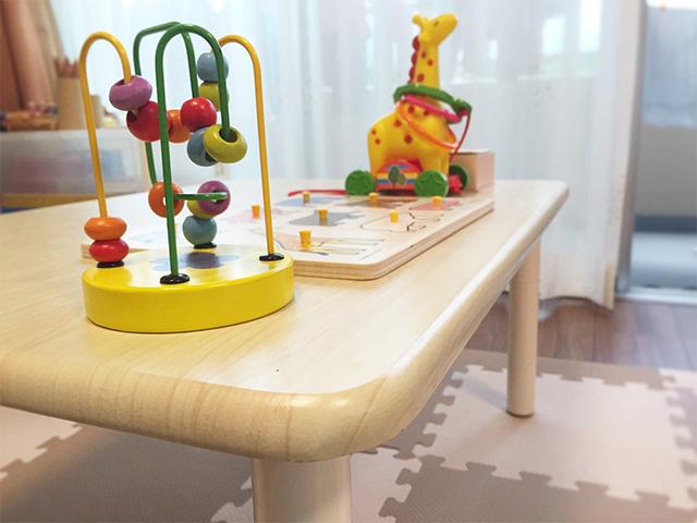 丸いローテーブルは工作や読書、 おままごとにも使えてとっても便利!