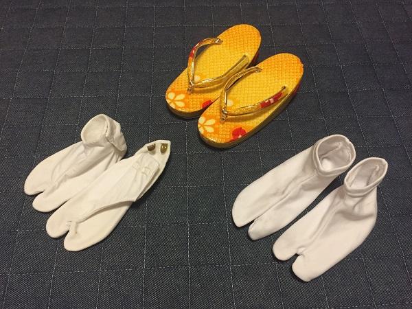 足袋2種。左は通常、右は金具がなく、靴下のように履ける!