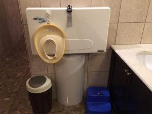 女子トイレの中におむつ替えシート、子ども用便座と踏み台まで